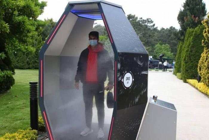 Jogadores do Besikitas passam por maquina de desinfecção antes de treino