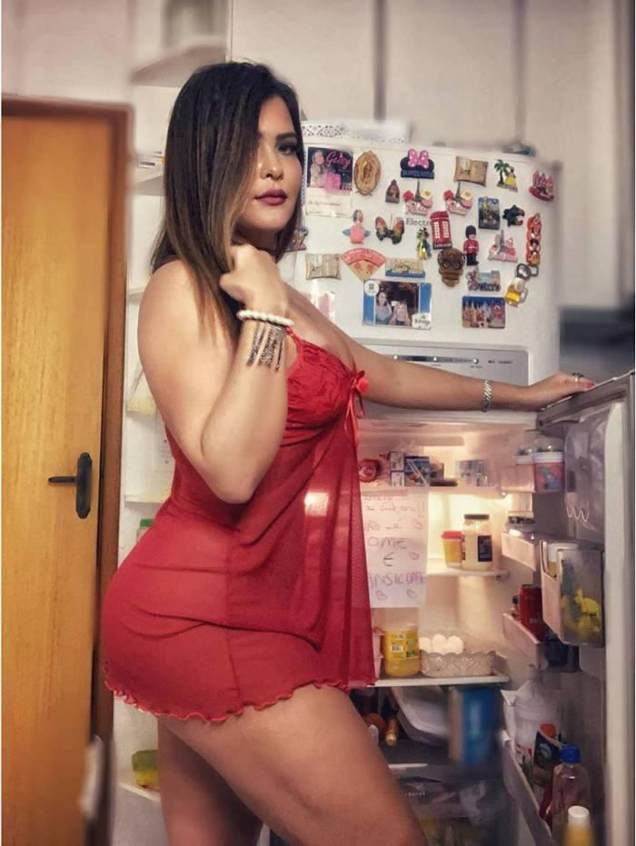 Geisy Arruda sensualiza na geladeira