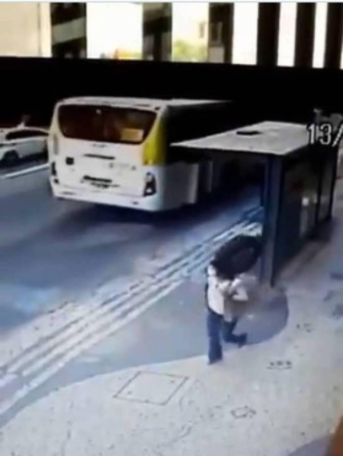 Mulher é jogada no chão com a força do impacto