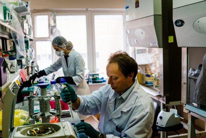 Desenvolvimento de vacinas contra a covid-19 vem mobilizando cientistas em todo o mundo. Alguns resultados são muito promissores
