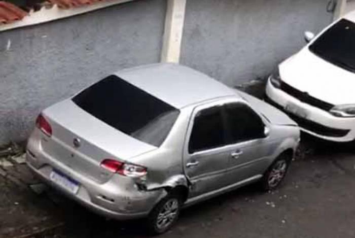 Carros de moradores foram amassados