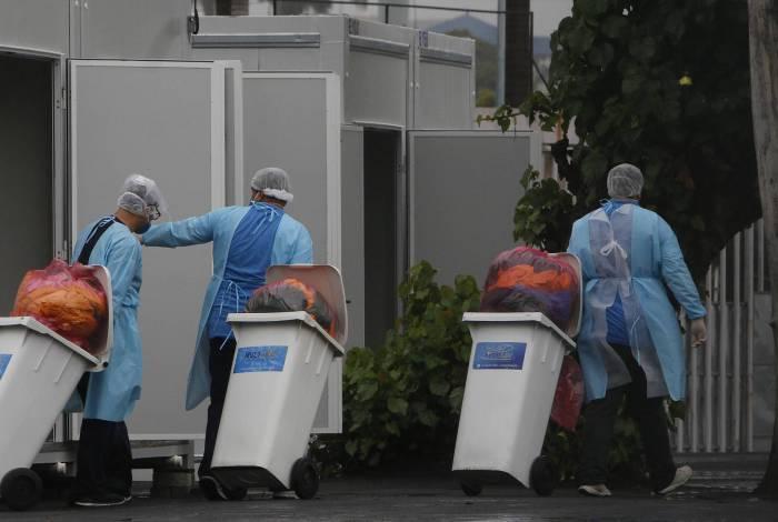 Movimentação no hospital de campanha do Maracanã, Zona Norte do Rio, após denúncia de material descartado de forma irregular