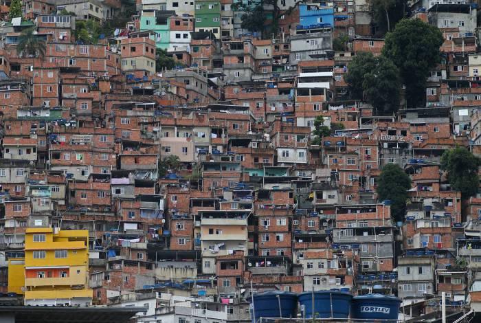 Rio - 30/03/2020 - COVID 19 - CORONAVIRUS - Sao Conrado -  Movimentacao na Rocinha no inicio da tarde de hoje. Na entrada da comunidade tem uma faixa escrito