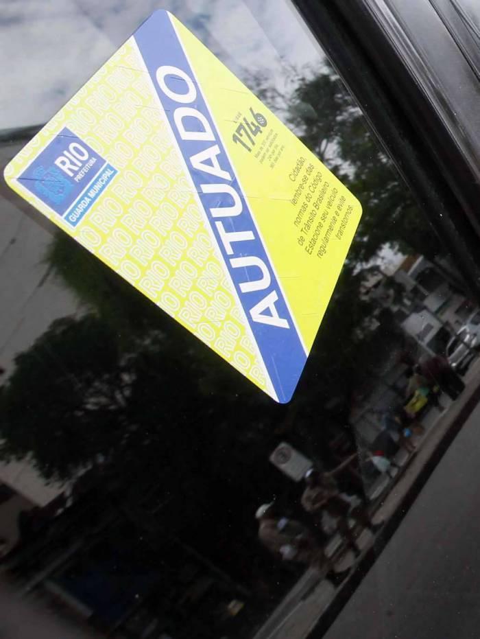 Guarda Municipal multando carros no Catete Foto   Silva Agencia O Dia