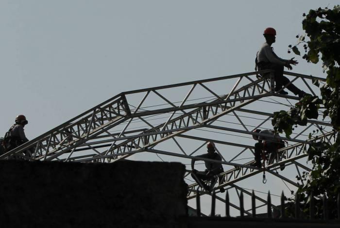 Operários trabalham em obras do Hospital de Campanha de São Gonçalo, no bairro Estrela do Norte