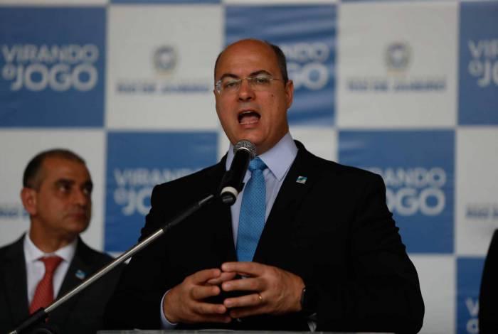 Wilson Witzel e o secretário de Saúde, Edmar Santos, ao fundo. Gilvan de Souza/Agência O DIA