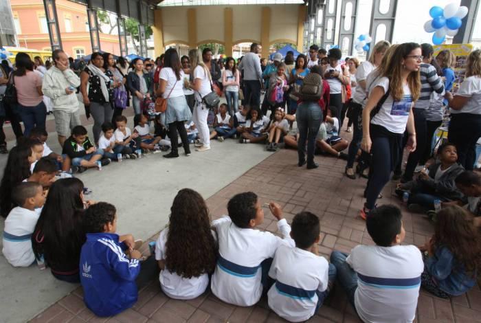 Encontro das escolas Municipais do Rio de Janeiro pela paz. Um dos locais foi o pátio externo do Engenhão.
