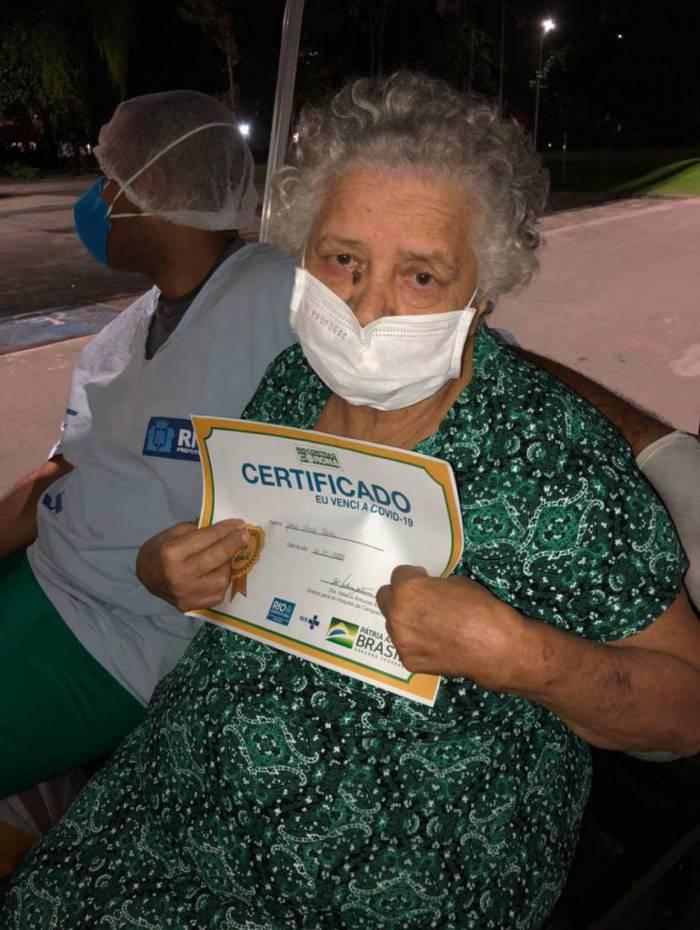 Dona Glória,  de 76 anos,  está curada da covid-19