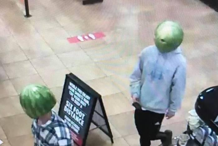 Assaltantes usam melancia na cabeça comodisfarce