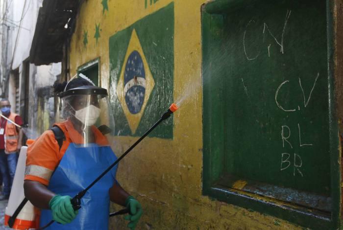 Agentes da Comlurb realizaram higienização na comunidade Barreira do Vasco, ontem