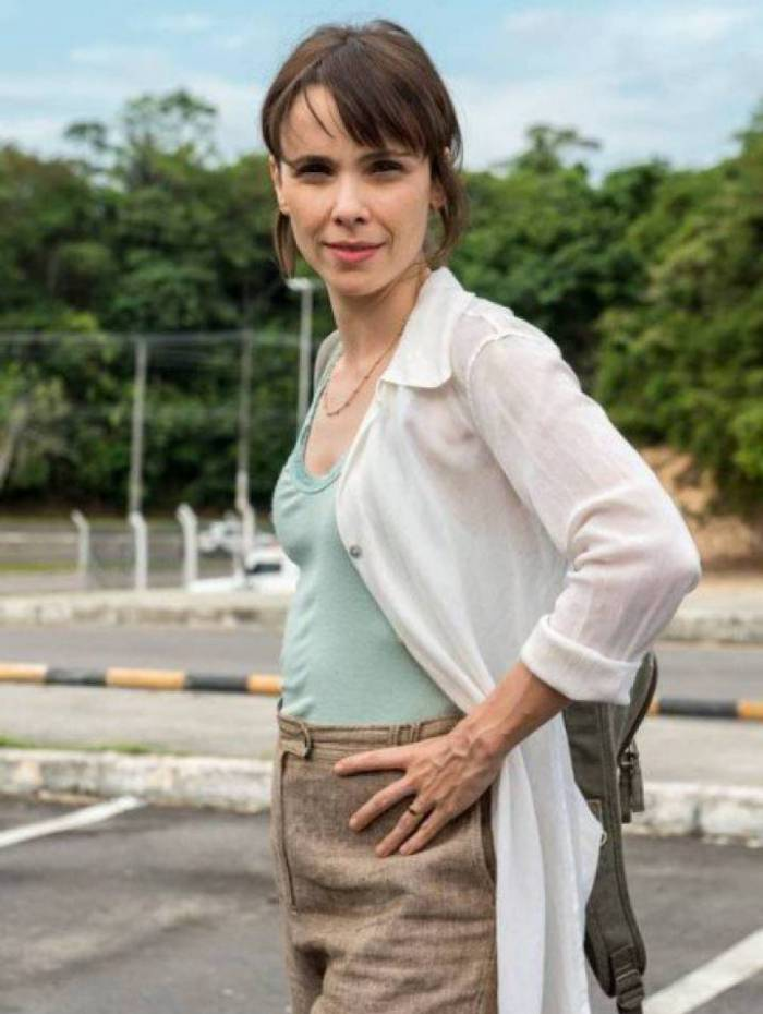Débora Falabella vive a ativista ambiental Natalie em 'Aruanas'