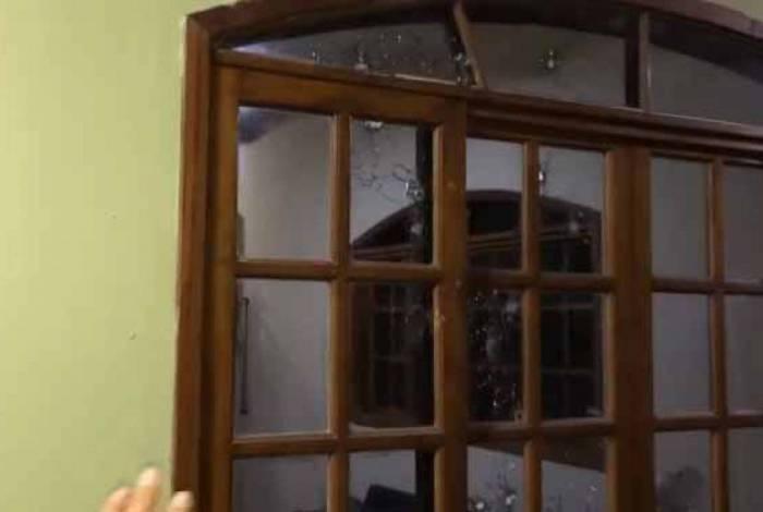 Marcas de tiros ficaram espalhadas em diversos cômodos da casa do adolescente, em São Gonçalo