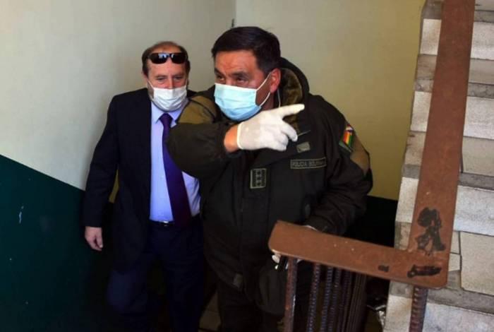 Ministro da Saúde da Bolívia Marcelo Navajas, acompanhado pelo diretor da Força Especial de Combate ao Crime