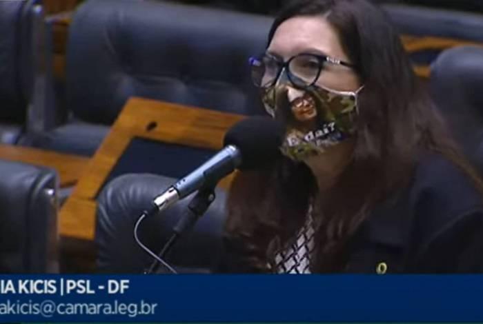 Deputada Bia Kicis usando máscara com a frase
