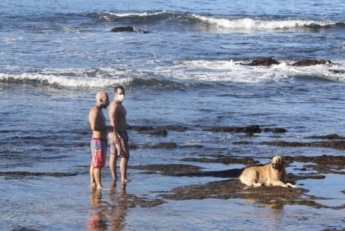 Moradores aproveitam primeiro dia de flexibilização das restrições na Praia de Icaraí