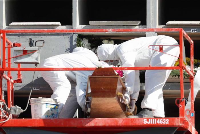 Enterro de vítima da covid-19 no Cemitério do Caju