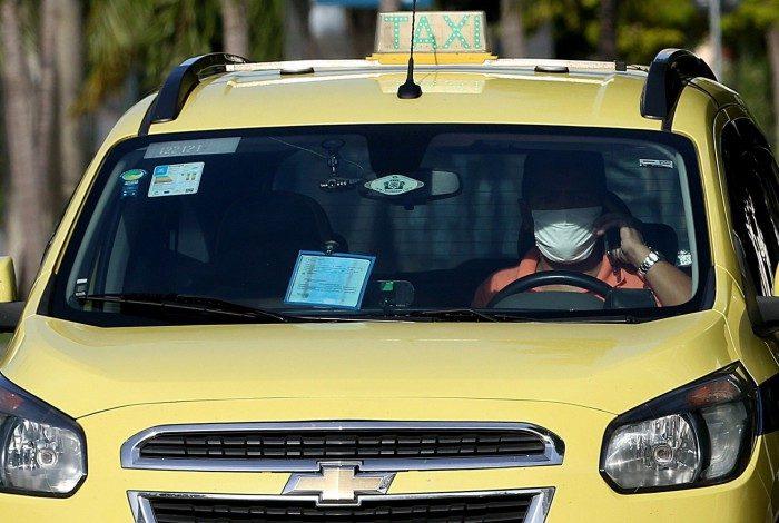 Rio - 22/05/2020 - COVID 19 - CORONAVIRUS -  Taxista dirigindo e falando ao celular. Foto: Daniel Castelo Branco / Agencia O Dia