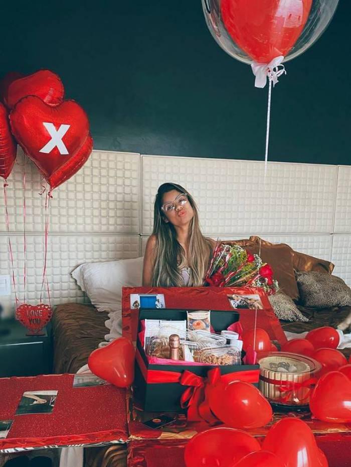 Lexa ganha café da manhã na cama para comemorar seus dois anos de casamento com MC Guimê