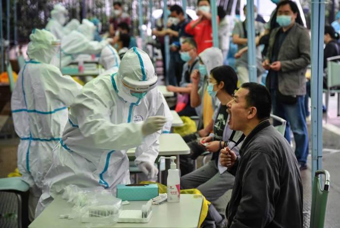 Homem passa por teste na China: número de contaminados pela covid no mundo já passa de 4,4 milhões
