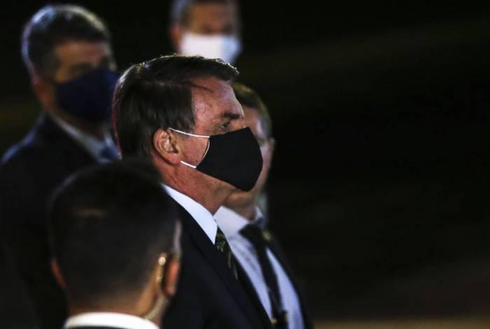 Presidente Jair Bolsonaro fala à imprensa no Palácio da Alvorada