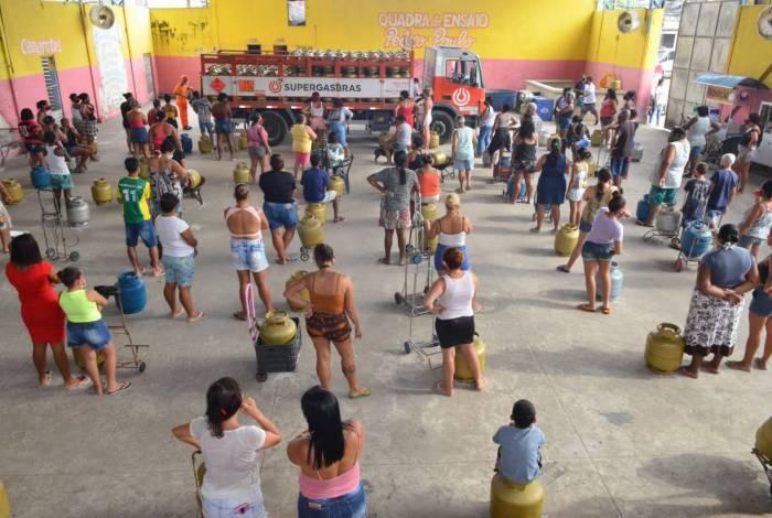 Distribuição de botijões de gás e de cestas básicas da Cufa, nas comunidades de Acari e Vigário Geral