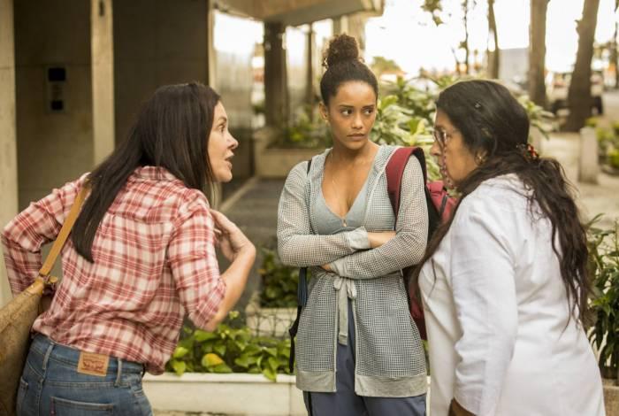 Vitória (Thaís Araújo), Lurdes (Regina Casé) e Thelma (Adriana Esteves) no meio da discussão em 'Amor de mãe'