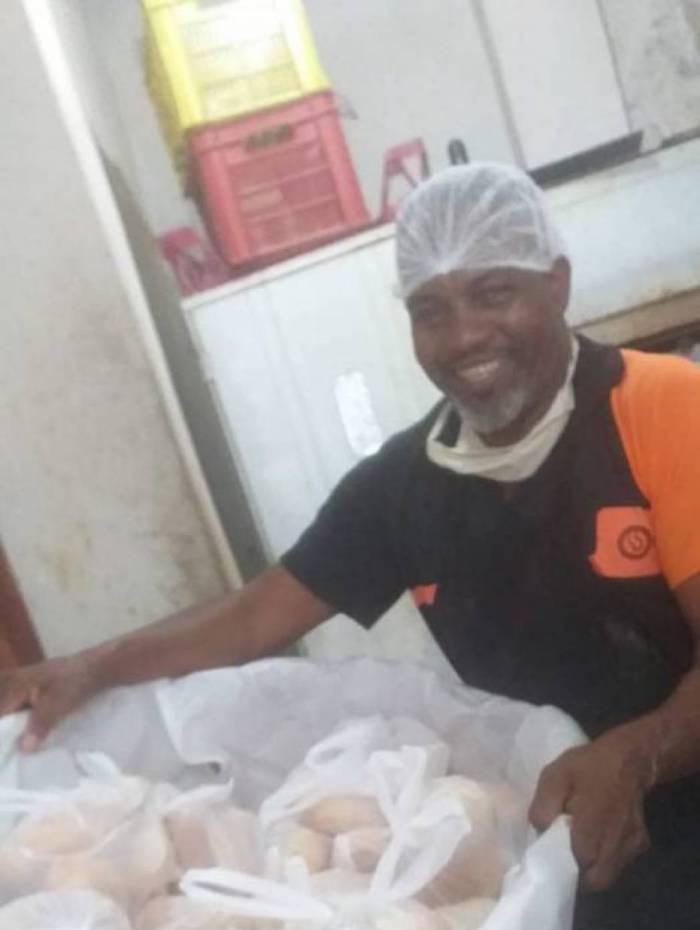 Morador da Rocinha, Isael Jacinto da Costa, de 52 anos, pensou em algo mais simples para ajudar os vizinhos: doar sacos de pães.