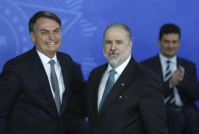 O presidente Jair Bolsonaro e o procurador-geral Augusto Aras: proximidade antiética