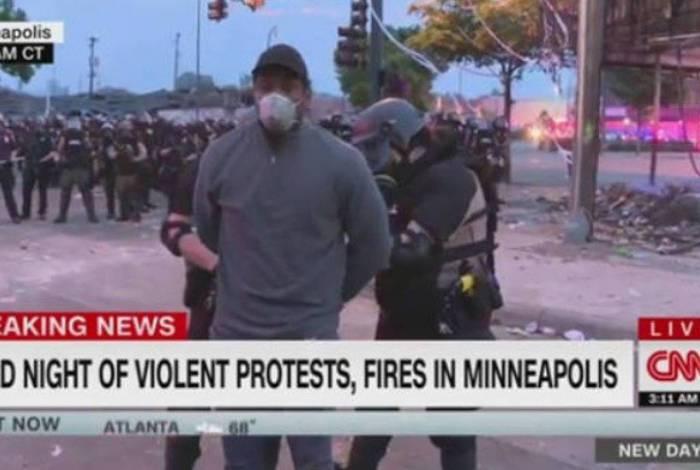 Repórter sendo preso ao vivo durante cobertura de protesto