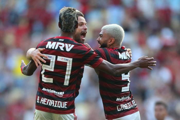 Diego, Gabigol e Bruno Henrique se abraçam