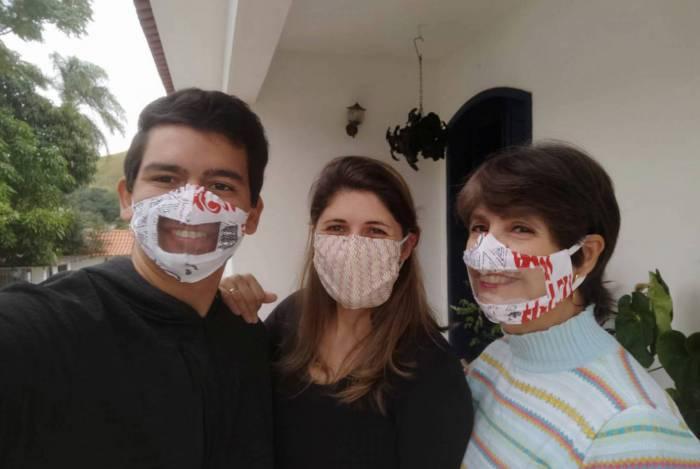 Ângela de Fátima Pinheiro, 60 anos, fez uma máscara com visor transparente para que a filha, a arquiteta Gabriela Pinheiro de Souza, que é surda, possa fazer leitura labial dela e do genro, o engenheiro civil Caio Jannuzzi de Souza