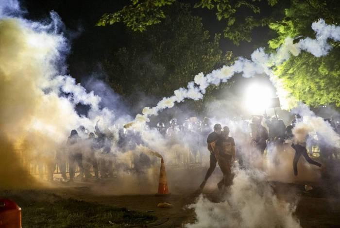 Gás lacrimogêneo sobe à medida que os manifestantes se defrontam com a polícia durante uma manifestação fora da Casa Branca pela morte de George Floyd