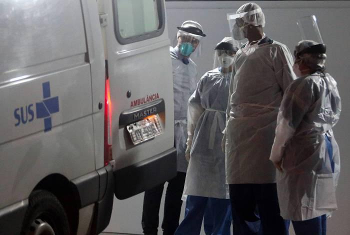 Em toda a rede SUS na cidade do Rio - que inclui leitos de unidades municipais, estaduais e federais - há 1.860 pacientes internados com suspeita de covid-19, sendo 694 em UTI
