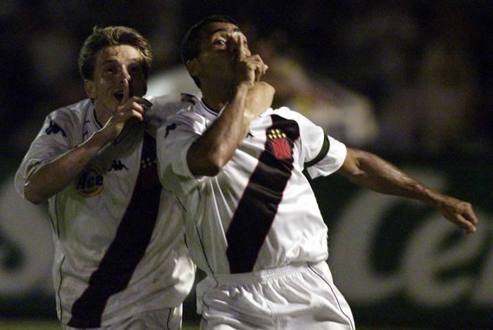 Juninho Paulista e Romário silenciam a torcida do Palmeiras após virada histórica na final da Mercosul, em 2000