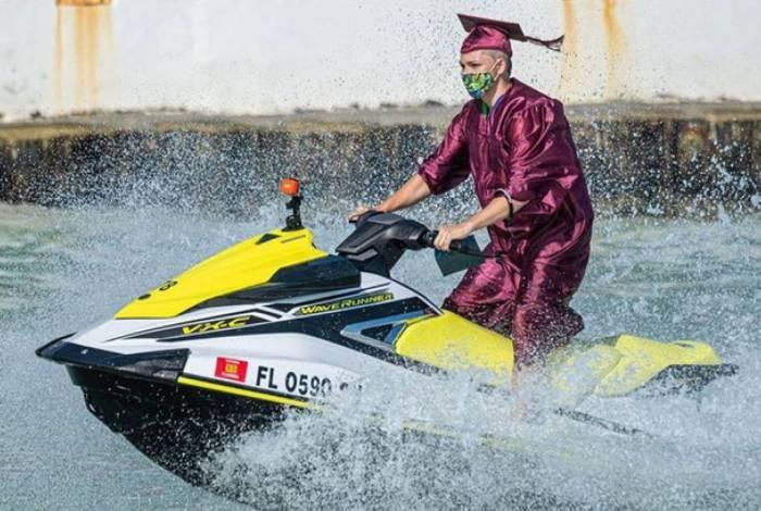Turma de formandos recebe diplomas em jet skis, veja o vídeo