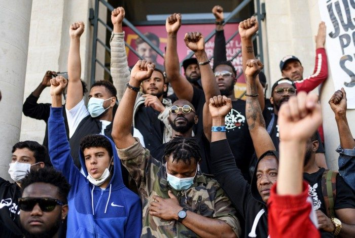 No mês de junho, manifestantes protestaram pela morte de George Floyd, que também foi assassinado por um policial