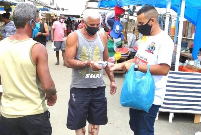 Distribuição de máscaras em Belford Roxo