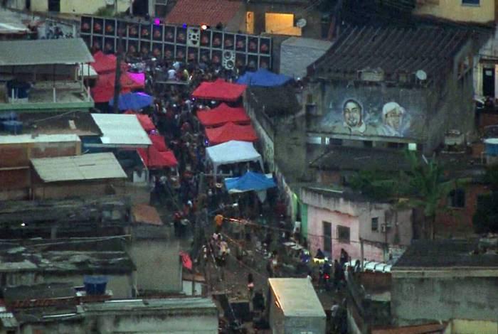 Baile funk é filmado na manhã desta segunda-feira pela TV Globo