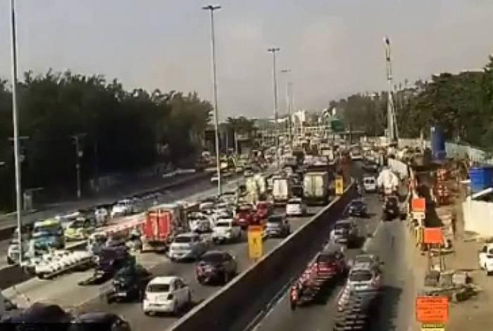 Avenida Brasil registra congestionamento nesta sgeunda-feira, após flexibilização de medidas de isolamento social