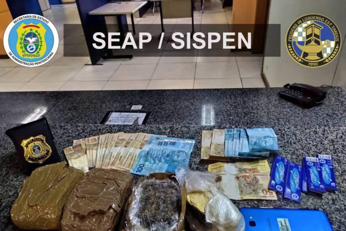 Foram apreendidos 1,1 kg de  maconha, 500 g de pasta de cocaína, R$ 2.590 em espécie e um aparelho celular