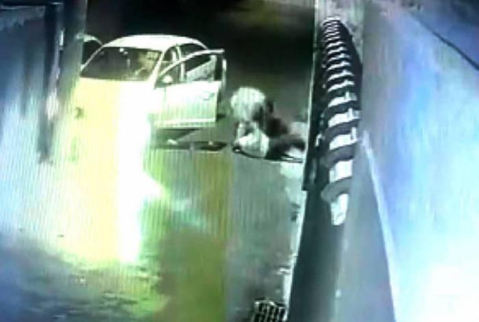 Câmera de segurança de um imóvel registrou o momento em que o bandido agrediu o taxista