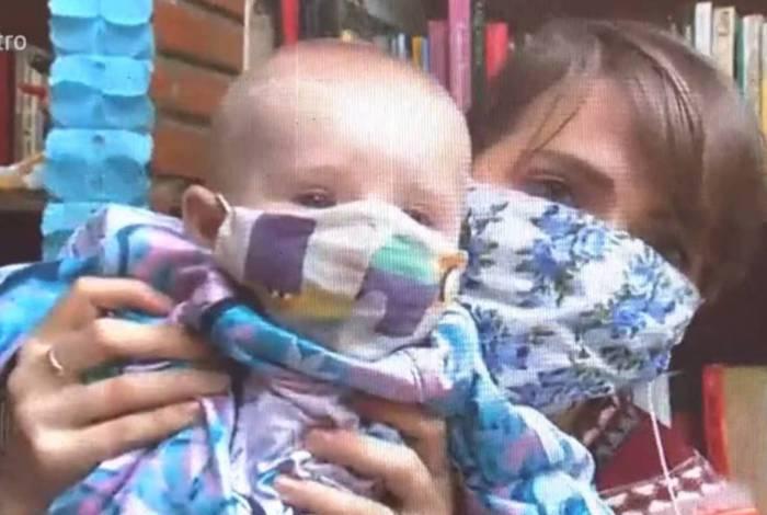 Letícia Colin leva bronca ao vivo por colocar máscara no filho