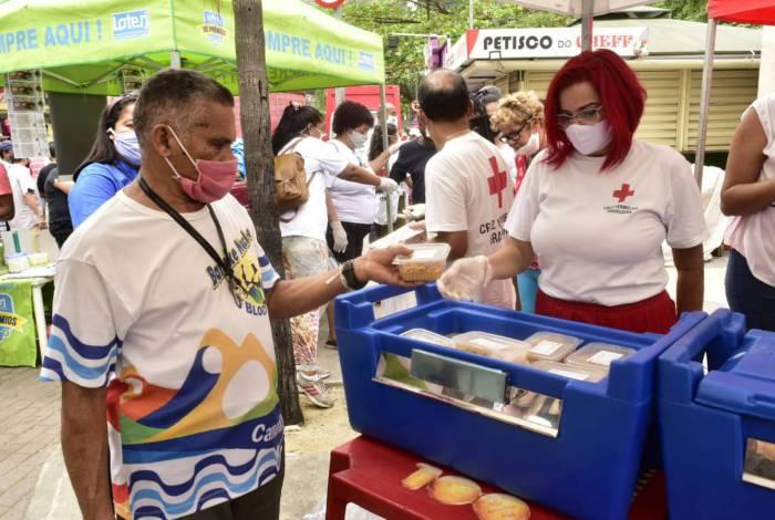 Sesc RJ e Cruz Vermelha distribuem 2 mil refeições na Rocinha e em Campo Grande