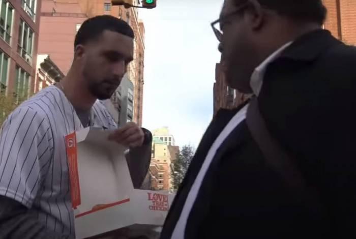 Youtuber Moe Zinkerbell faz sucesso distribuindo frango frito