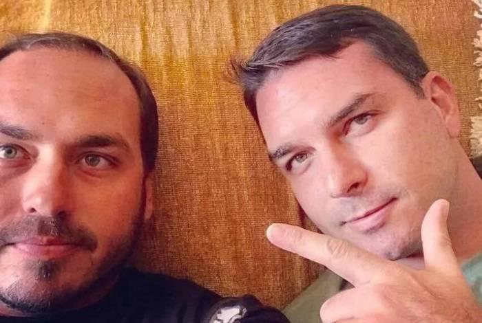 Carlos e Flávio Bolsonaro, alvos de investigações sobre prática de rachadinhas em gabinetes da Câmara Municipal, e Alerj, respectivamente