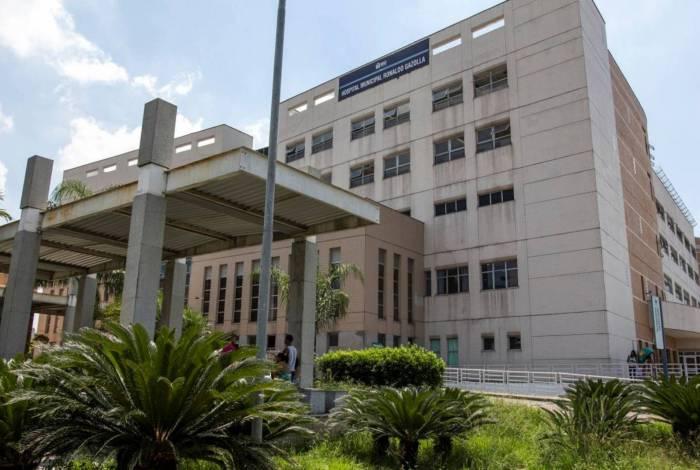Familiares de vítima da covid-19 invadiram hospital e quebraram placas de sinalização
