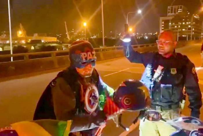 Capitão América é abordado na Ponte Rio-Niterói