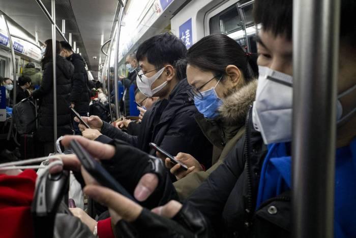 Pessoas usam máscaras de proteção no metrô em Pequim