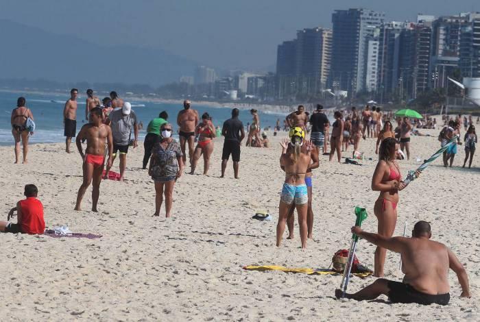 Na praia da Barra, areia repleta de banhistas, o que ainda não foi liberado, alguns sem máscara