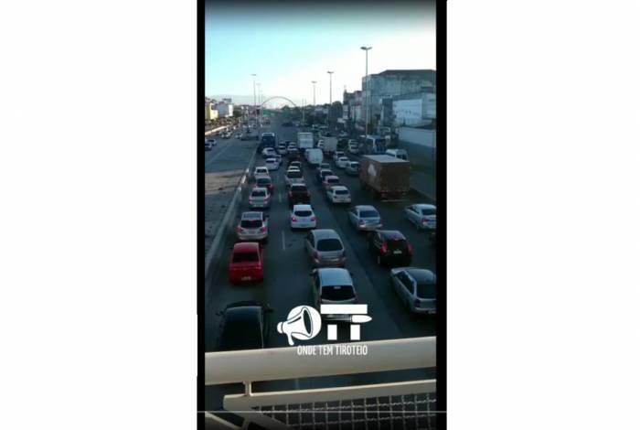 Avenida Brasil é fechada nas pistas sentido Zona Oeste após tiroteio na Maré